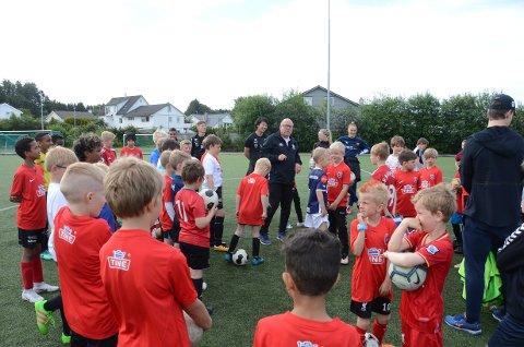 Fotballskole: Knut Norgren har hovedansvaret for Tine fotballskole på Randaberg stadion der over 90 barn deltar denne uka.