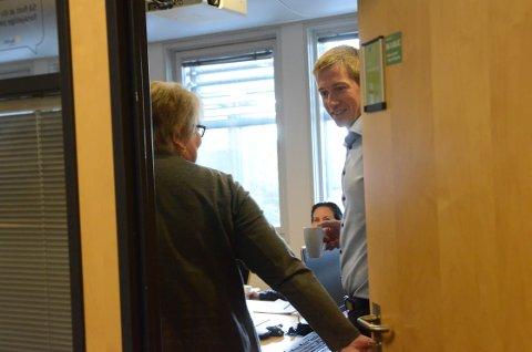 Bak lukkede dører: Øystein Stjern og Gunhild Vårvik Tangeland (Krf) var sist inn på møterommet og lukket døra bak seg.