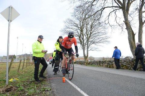 Klostermilå 2018: Helge Østbø (t.v.) og Inge Haugvaldstad. i gult ved siden av ene syklisten som deltok under fjorårets temporitt.