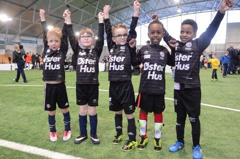 Gøy på fotballturnering: Markus (t.v.), Henrik, Sebastian, Mahmoud og Mohammed likte seg i Randaberg Arena på lørdag.