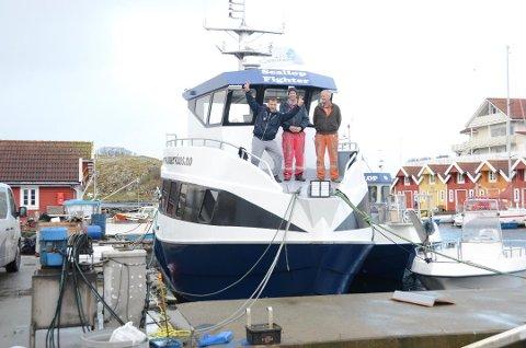 Vokser jevnt: Ydstebø Marine AS, representert ved Thorvald Ydstebø (til høyre), leverte en helt ny båt til Kvitsøy Sjøtjenester ved Bjarte Espevik og Frode Ydstebø oppunder nyttår 2017. Hvis alt går etter planen vil Ymas bygge nok en båt for Kvitsøy Sjøtjenester i 2020.