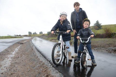 Får trygg vei: 16-åringen Vegard passer godt på sine to yngre søsken Maria (8) og Johannes (5) når de er ved Mosterøyveien. Han liker at gang- og sykkelvei endelig er på plass, med lys, slik at det blir tryggere å ferdes langs en trafikkert vei.