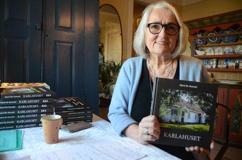"""Forfatter: Sigrid Bø Grønstøl sa opp jobben sin ved UiS og startet sitt eget lille bokforlag på Rennesøy. Litteraturforskeren har gitt ut åtte kulturhistoriske bøker på den tiden, og nå gir 75-åringen seg med Sturnus forlag. Den siste boken kom nylig, og er den hun holder i hendene, """"Karlahuset""""."""