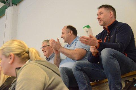 Spent på tribunen: Øyvind Flatekvål (til høyre) og Kjell Aarrestad trives godt på volleyballkamper med spenning og jubel.