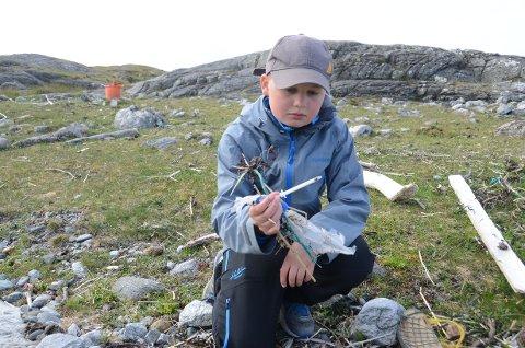 Strandrydding: Arne Rusten fant blant annet en brukt sprøyte i fjæresteinene på nordre Lamholmen utenfor Utstein Kloster der Mastra Sjøspeidergruppe var på strandrydding.
