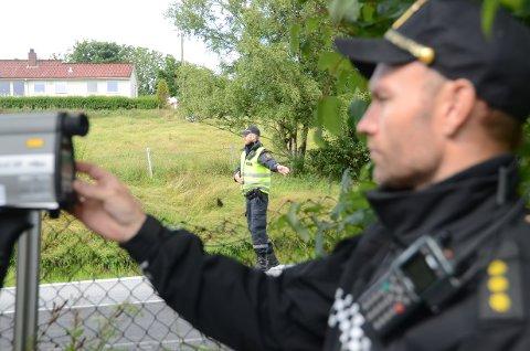 Laser: Morten Oseland har peilet inn en som holder for høy hastighet på E 39 ved Høie, og hans kollega Morten Andre Jørgensen vinker bilisten inn til siden.