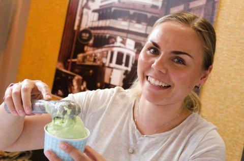 Nathalie Wiberg (23) serverer kuleis inne hos Små Øyeblikk