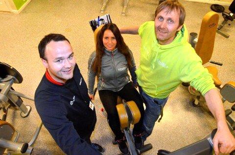 ANTI-DOPING: Kim Eilertsen (til v.) fra Antidoping Norge, Monica Walvatne og Knut Ole Kopland fra GYM 2000 har stort fokus på anti-dopingarbeidet på senteret i disse dager.