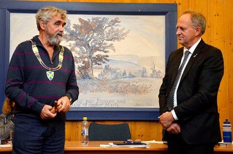 NY ORDFØRER: Gustav Kalager (Ap t.v.) tok over ordførerkjede og klubbe fra Olav Skinnes (Bygdelista).