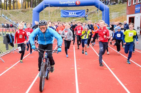 BACKE SOM HARE: Med hjelm og solbriller var Anders Backe klar for å tråkke til som hare for nesten 500 løpende ungdommer som freadg testet femkilometeren på Furumo.
