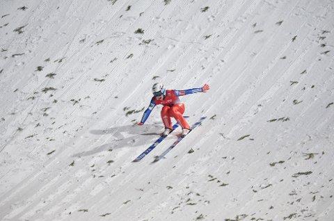 246 METER: Her forsøker Anders Fannemel å sette nedslag på 246 meter i Vikersundbakken fredag kveld. Foto: Linda Åserud/NTB Scanpix