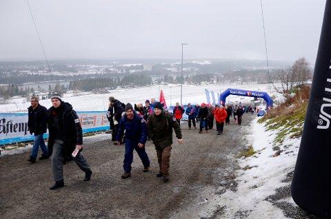 STRØMMER TIL: Publikum i hopetall strømmer til Vikersundbakken før lørdagens skiflygingsrenn. Foto: Eirik Gullord