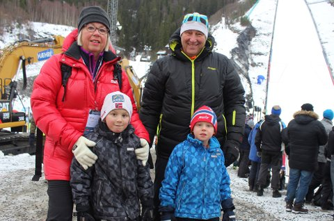 Marit Moen Hæhre, barnebarna Paul (6) og Neo Hildegård (5) og Stein Moen trodde på ny verdensrekord.