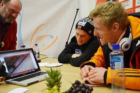 Severin Freund (nærmest kamera), søndagens vinner i Vikersund, ble mektig imponert da han fikk se rekordhoppet på 251, 5 meter i opptak på pressekonferansen etter rennet. Mannen med verdens lengste hopp, Anders Fannemel (t.v.) mente han ville sovne med et smil om munnen.