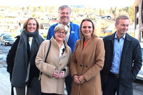 BESØKTE ÅMOT: Jon Hovland (H) (bakerst) ønsket velkommen til Torill Eidsheim (f.v.), Kristin Ørmen Johnsen, Linda Hofstad Helleland og Helge Orten. Foto: Eli Bondlid