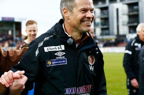 BREDT SMIL: Vegard Hansen smilte fra øre til øre etter Mjøndalens seier over Rosenborg tirsdag kveld. Onsdag har vikersundingen mottatt gratulasjoner fra fjern og nær.