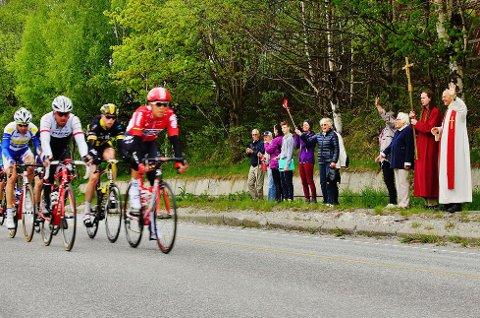 SYKKELGUDSTJENESTE: Vikarprest Kjell Bjørka, tok med seg kirkens besøkende for å overvære femte etappe av Tour of Norway.