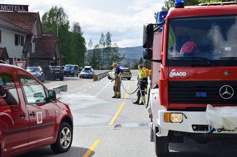 En person omkom i en trafikkulykke i Krødsherad mandag.