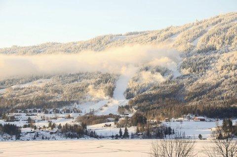 I utvikling: Norefjell Skisenter og områdene rundt skal utvikles. Nytt snøproduksjonsanlegg er første skritt.Foto: Eirik Gullord