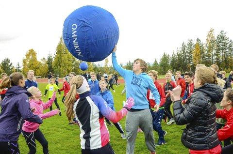 HØYT AKTIVITETSNIVÅ: Det er slett ikke bare løping som står på programmet når elever på ungdomstrinnet samles til «Skoleløp» på Furumo i morgen.Begge Foto: Arkiv/Eirik Gullord