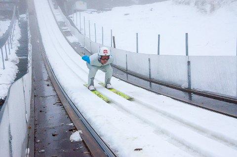 I TILLØPET: Daniel-André Tande nærmer seg hoppkanten på HS117-bakken i Vikersund, hvor det norske hopplandslaget legger ned de siste treningstimene før verdenscupåpning i finske Ruka neste uke.