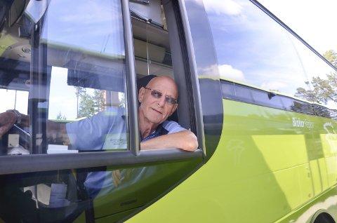 Trives bak rattet: Selv om Thorbjørn Enerhaugen nå har passert 75 år og dermed ikke lenger får frakte passasjerer i bussen, hender det han trår til når busser skal forflyttes uten passasjerer om bord. I sommer skal han arbeide i vaskehallen til Nettbuss og så skal han være litt vaktmester innimellom.