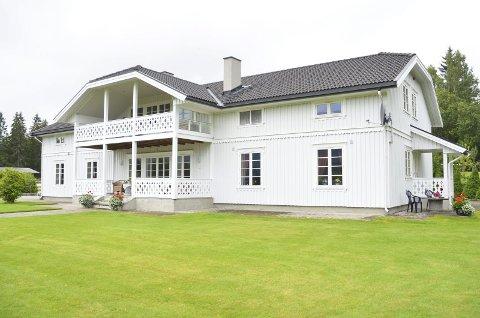 Hovedhuset: Den herskapelige og karakteristiske hovedbygningen på Hervig er på 382 kvadratmeter. Den ble bygd i år 2000.FOto: Jeanet Nyhus Pettersen