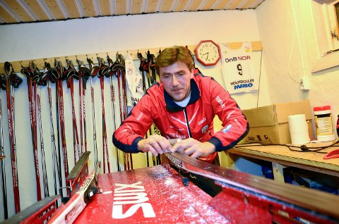 I SMØREBUA: Gjermund Rønning har smurt mange par ski, men ligger unna «godskiene» i treningshverdagen.Arkivfoto