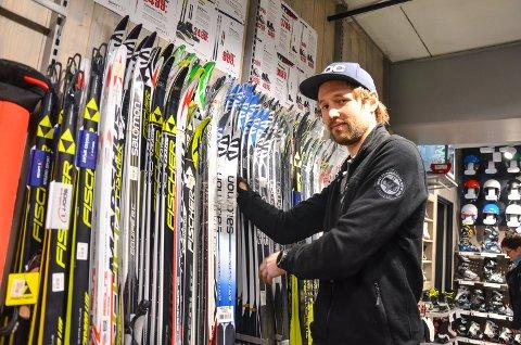 MYE UTSTYR: Magnus Bergan hos Nygård sport i Åmot har mye skiutstyr på plass i butikken. Han oppfordrer folk til å tenke seg om én ekstra gang før de går på aller dyreste konkurransevariant.