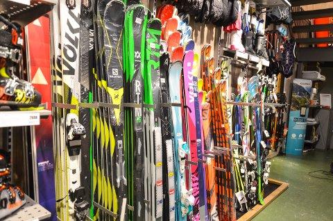 MYE Å VELGE I: Sportsbytikkene har godt utvalg av skiutstyr, og kan ofte tilby godt utstyr til rimelige priser gjennom pakketilbud. Slik kan prisen på idrettssatsingen gå ned.