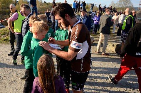 POPULÆRT: For de yngste var det populært å møte Eliteserielaget Mjøndalen i 2015. I år er bruntrøyene i førstedivisjon, og det knyttes spenning til hvor mange som møter på Strandajordet i første cuprunde.