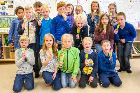 GLAD I IS: Tredjeklassingene ved Sysle skole fikk av kirken i Modum, etter innsatsen på nasjonaldagen.