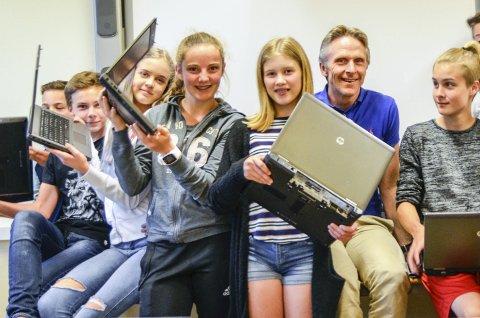 GLADE: Elevene ved Nordre Modum ungdomsskole vil gjerne ha sin egen PC til å gjøre skolearbeidet på. – Det er enklere enn hele tiden å måtte låne maskin på datarommet, sier Elisabeth Braathen (i grå genser med tallet 86 på).