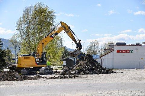 FORARBEID: Første gravemaskin er på plass på den tidligere busstomta i Vikersund, men enn så lenge er det kun snakk om forarbeid før byggestart.