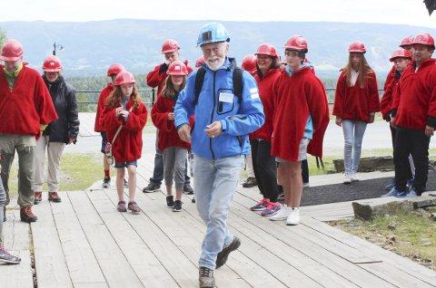 EN STOR GLEDE: Inge Vidar Aasen (71) har hovedfag i historie og 30 års fartstid som lærer ved Rosthaug videregående. Han hevder han har funnet en flott pensjonisthobby – som guide for gruvesafarien.