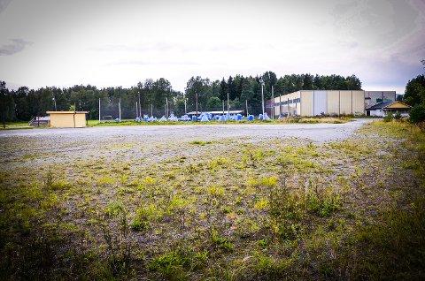NY HALL: På Loesmoen, hvor det fra før finnes både idrettshall og beachhåndballanlegg, skal det nå bygges fotballhall.