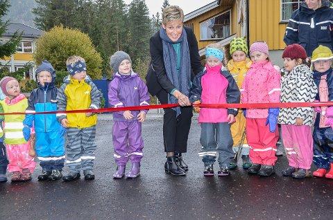 SNORKLIPPING: Ordfører Tine Norman fikk god hjelp av Ella Brenna (5) til å klippe snoren, da hun åpnet den nye lekeplassen ved Nerstad Barnehage i Sigdal.