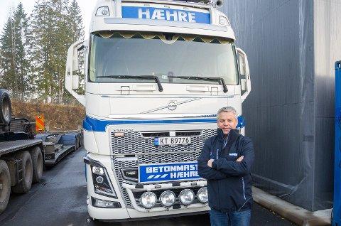 KJEMPEBESTILLING: Daglig leder Frank-Ole Sørensen i Hæhre & Isachsen maskinutleie har stått for tidenes Volvo-bestilling. Her foran en tilsvarende bil som skal leveres mange av på nyåret.
