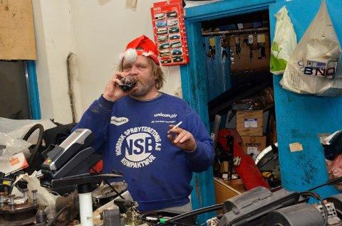 KJENT STIL: Leif Arne Rolfstad i kjent stil, slik kundene som regel møter ham, med en sigarett og cola.