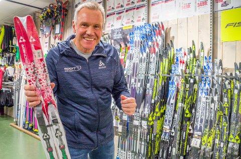 POPULÆRT: Ski er populært for både store og små. Her viser Jens Erik Nygård fram et par barneski, som mange nok vil finne under treet om to dager.