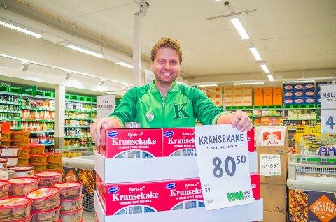 NY PRIS: Butikksjef Lennart Lindberg må nok en gang sette ny pris på kransekakene. Det er et sikkert tegn på at julepriskrigen er i gang.