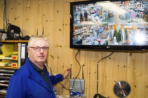 FULL KONTROLL: På denne skjermen kan Geir Garås følge med på bilder fra hele butikken.