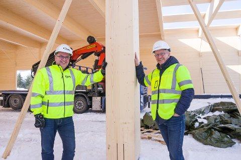 HELTRE: Morten Leander Johansen (t.h.) og Helge Kastet er storfornøyd med valget om å bygge i heltre.