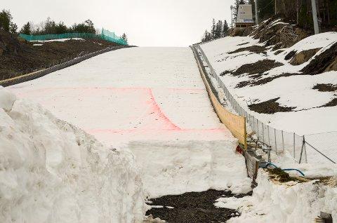 NY OVERGANG: Til vinterens renn ble overgangen i Vikersund bygget opp med drøyt to meter snø. Det er denne som nå gjør at verdens største skiflygingsbakke må sertifiseres på nytt.