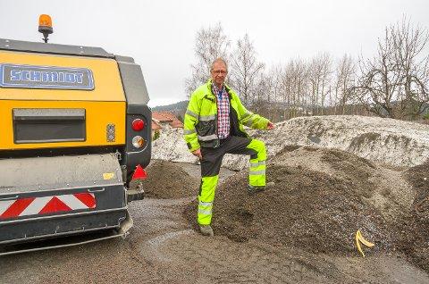MYE GRUS: Arne Skretteberg viser noe av grusen – og annet søppel – som har blitt med i feiemaskinen den siste tiden.