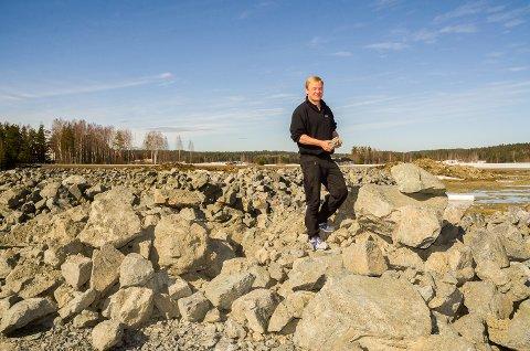HER SKAL DET BYGGES: I løpet av kort tid vil steinhaugene hvor Trond Thorseth står, bli forvandlet til et flott industriområde med Eik-senterets nye tilholdssted.