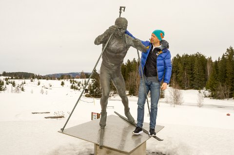 Ole Einar Bjørndalen. Ole Einars plass, Simostranda. Statue.