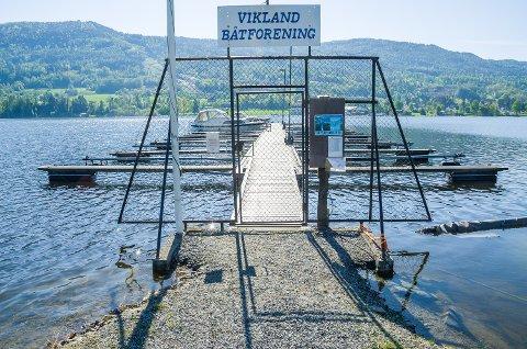 MYE VANN: Tyrifjorden begynner å bli høy, og det er ikke mye å gå på før man må vade ut til de få båtene som allerede har inntatt brygga til Vikland båtforening i Vikersund.