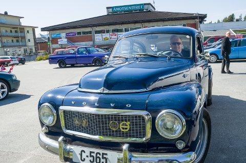 FLOTT BIL: Kåre Åby snakker mer enn gjerne med forbipasserende om sin lekre Volvo PV.
