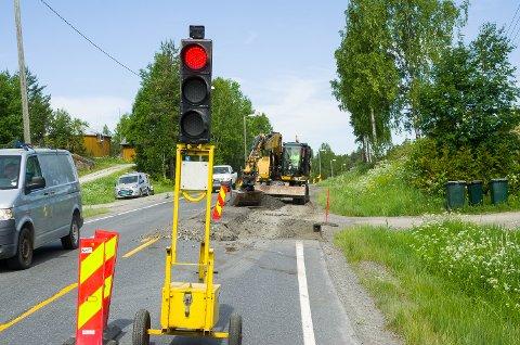 ASFALTARBEID: Gravemaskinene har inntatt fylkesvei 280 på Sysle, for å utbedre teleskadene på stedet.